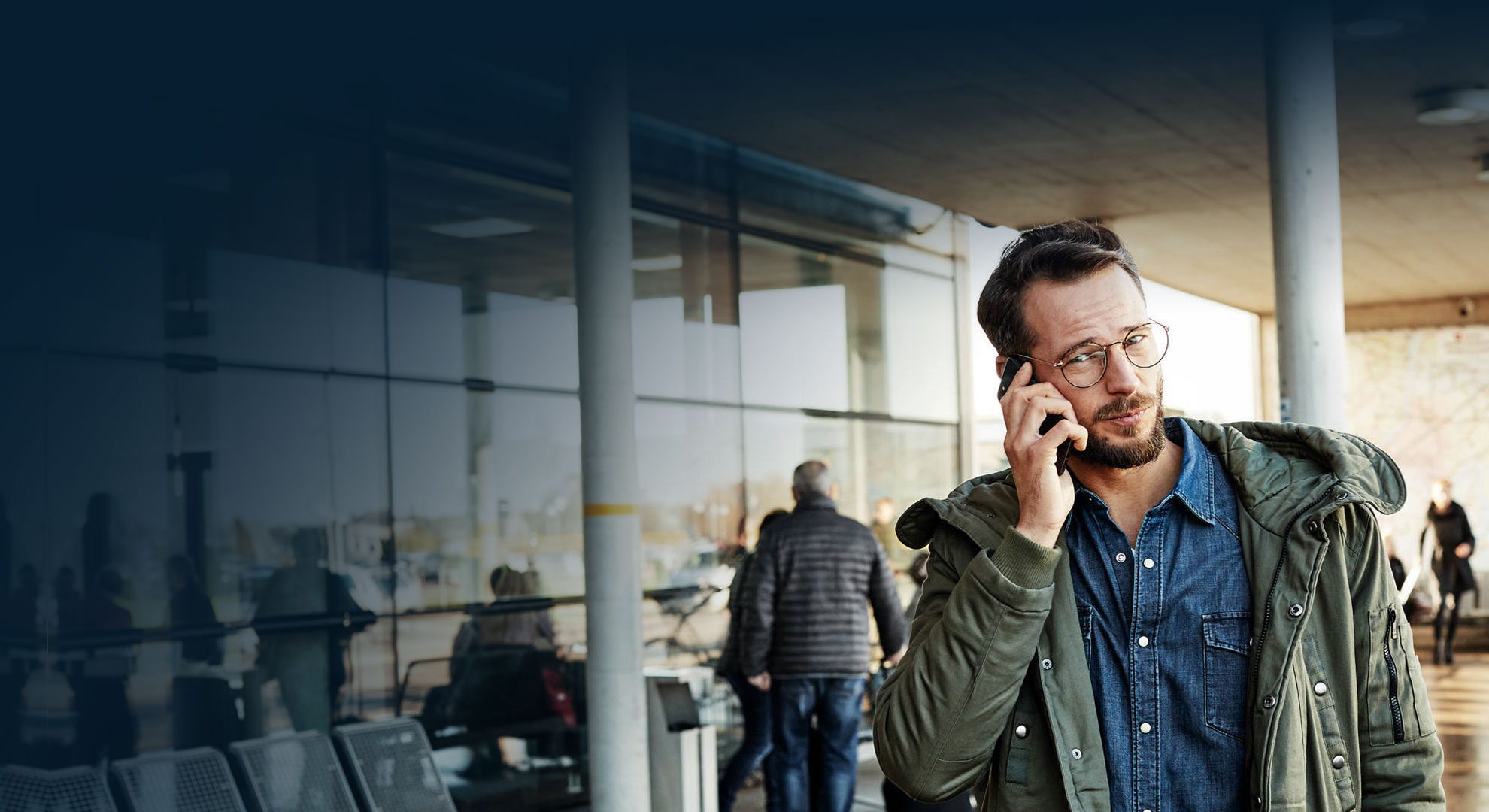 Business Traveler on the phone with HRS Travel Care